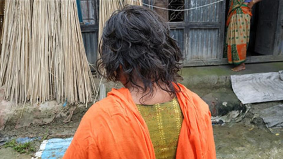 ভেদরগঞ্জে ১১ স্কুল ছাত্রীদের চুল কেটে দিলো শিক্ষক